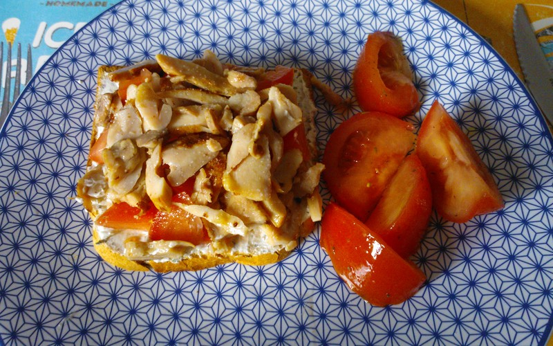 Tartine au boursin, poulet et tomates