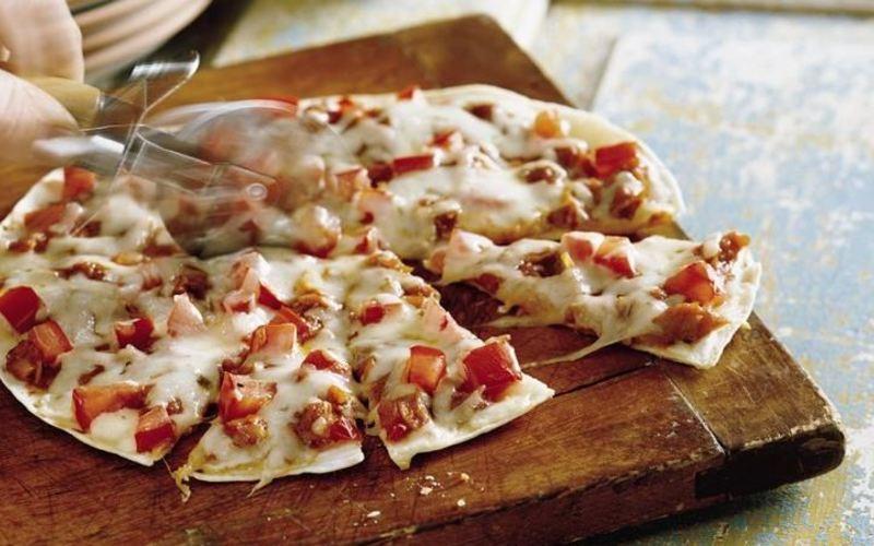 recette pizza tortilla pas ch re et rapide cuisine tudiant. Black Bedroom Furniture Sets. Home Design Ideas