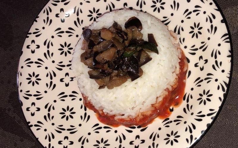 Timbale de riz et aubergine à la sauce tomate