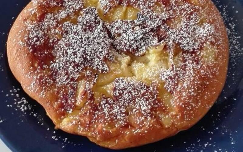 Grosse crêpe aux pommes en gâteau