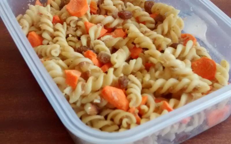 Salade de pâtes aux carottes, thon et raisins secs
