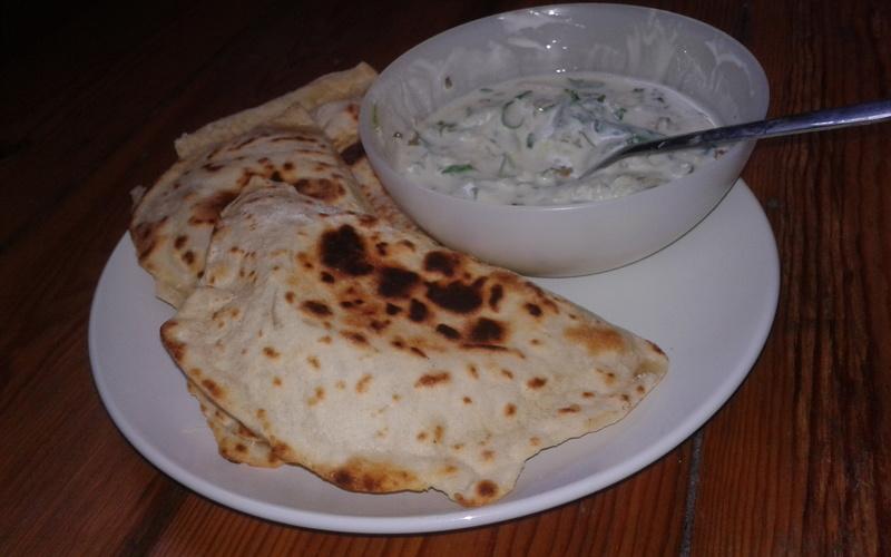 Naans au fromage et sauce au concombre