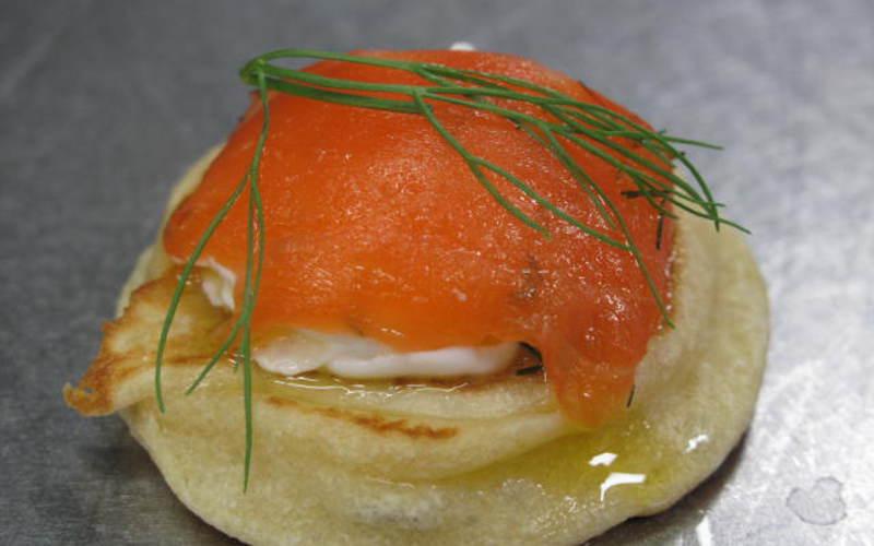 Recette canap saumon fum conomique et rapide cuisine for Canape saumon fume