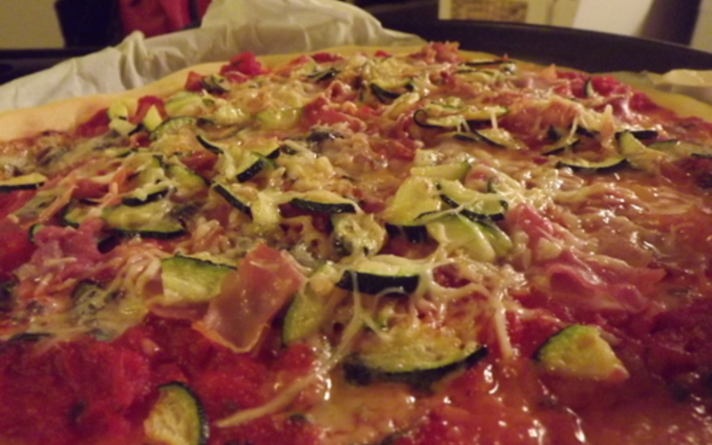 Pizza jambon, courgette et roquefort