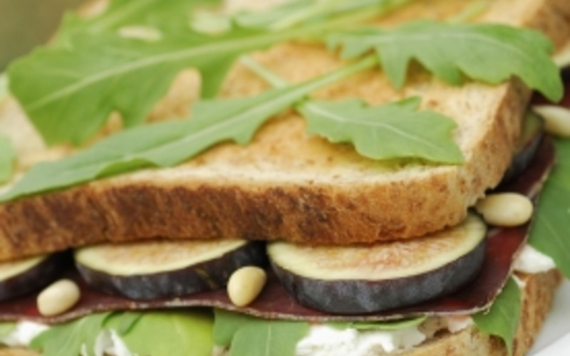 Sandwich aux figues et à la viande de grison