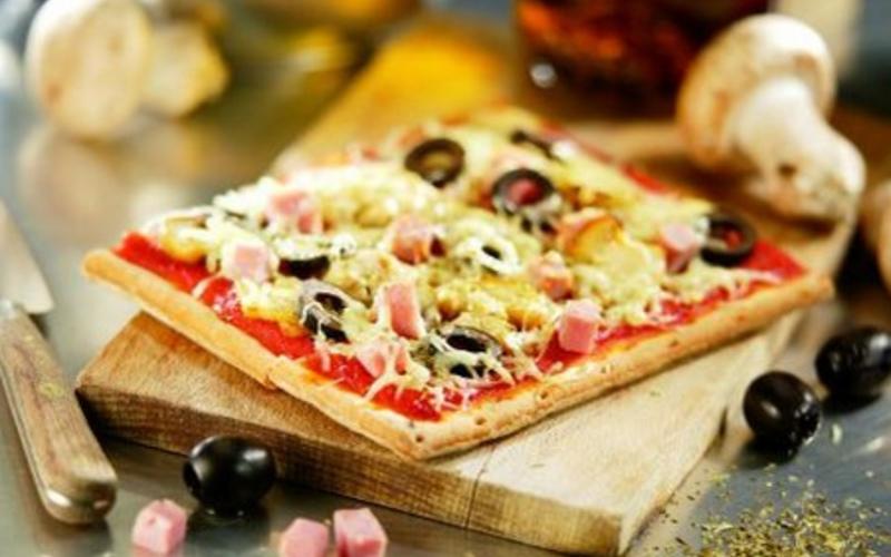 Pâte à pizza et sa possible garniture