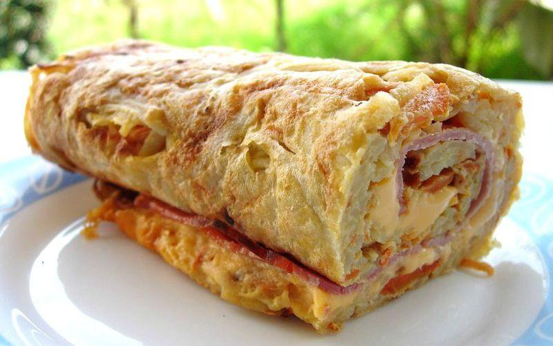 Roulé de pomme de terre : jambon, fromage, oignon.