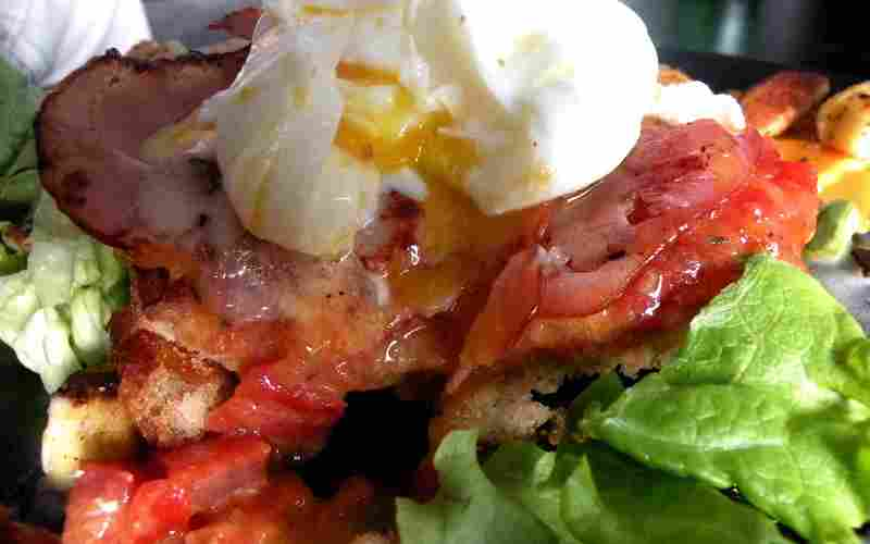 Bruschetta au bacon et son oeuf coulant