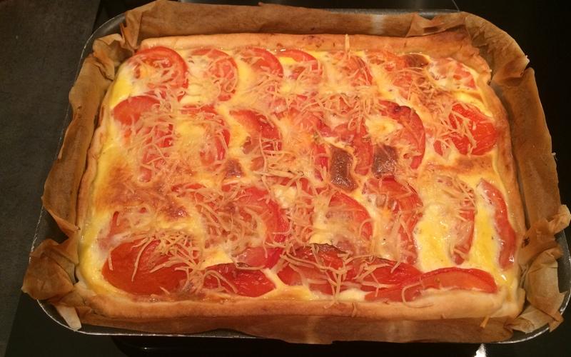 Tarte aux tomates, thon et à la moutarde
