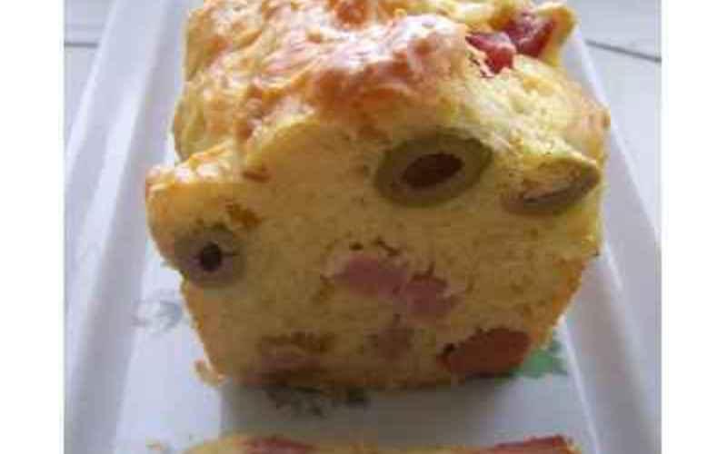 Cake d'été, jambon et olives