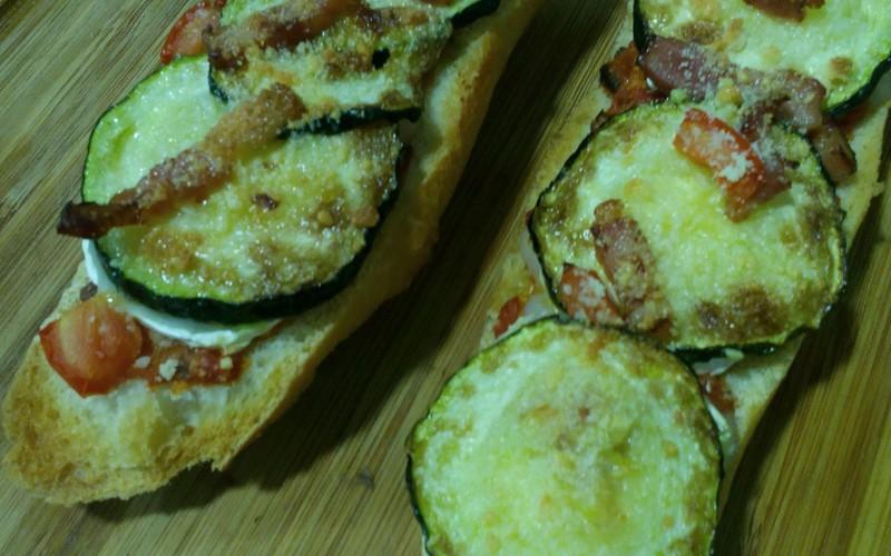 Tartines de courgettes, mozza et lardons