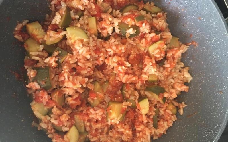 Poêlée de riz complet à la tomate et courgettes