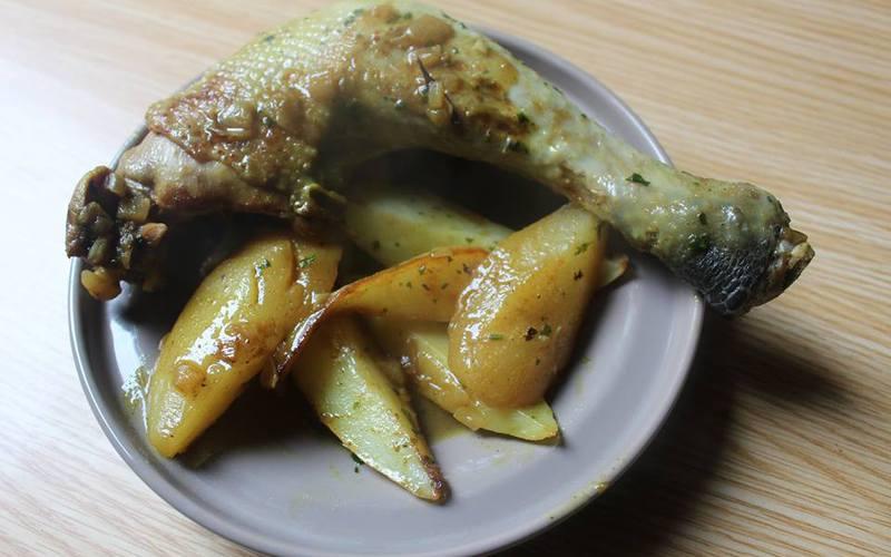 Cuisses de poulet aux poires et pommes de terres
