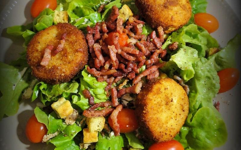 Salade de chèvre pané aux noisettes