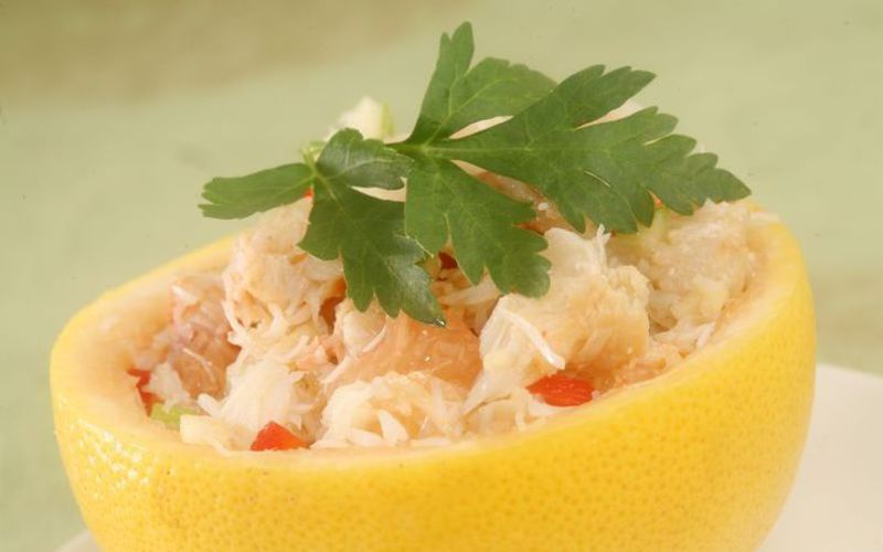 Salade fraîche pamplemousse-miettes de crabe