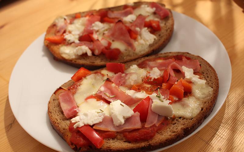 recette pizza pain pas ch re et rapide cuisine tudiant. Black Bedroom Furniture Sets. Home Design Ideas