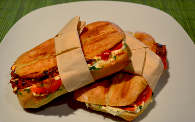 Panini pesto, jambon, tomates séchées & 2 fromages