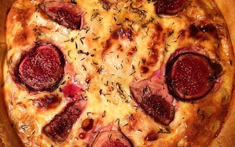 Tarte chèvre, miel, figue, jambon de Bayonne, thym