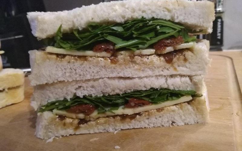 Sandwich cheddar, tomates séchées et roquette
