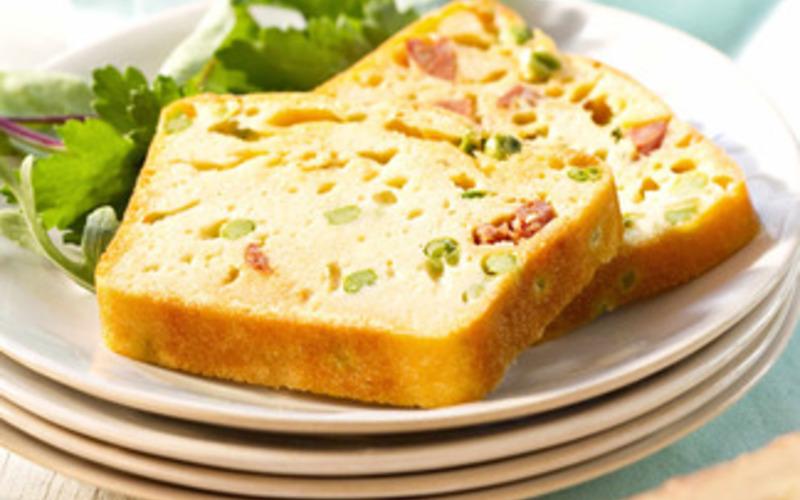 Cake à la fondue, petits pois et chorizo